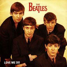 Love me do uscì il 5 ottobre del 1962. Anche armandosi fino ai denti di affetto e senno di poi, è dura vedere in questo pezzo breve, facile, esile, l'annuncio del futuro e clamoroso successo. Anche...