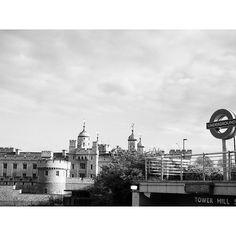 Buenas noches. #London #TowerHill #TowerofLondon #streetphoto #streetphotography #igworld #cityscape #architecture #wanderlust #instapassport #instatravel #travelgram #travel_captures #bw #bw_lover #blackandwhite #biancoenero #noiretblanc #blancoynegro #sweetdreams #goodnight #bonnenuit #buonanotte #boanoite #nanit #buenasnoches by arigalo