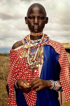 A mistura de texturas, cores, materiais e estampas é muito rica na cultura africana. Se atentarmos quantos estilos receberam uma nova releitura e se desmembraram pelo mundo...