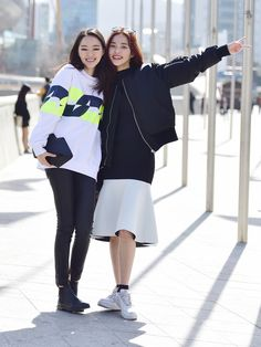 Street style: Park Gui Eh and Seon Hwang shot by Baek Seung Won at Seoul Fashion Week Fall 2015 Asian Street Style, Model Street Style, Street Style Looks, Asian Style, Street Style Women, Korean Style, Seoul Fashion, Korea Fashion, Asian Fashion