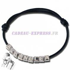 Un bracelet personnalisé avec des petits cubes lettres pour faire un prénom