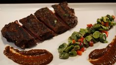 Cette recette de filet de bœuf avec une sauce à l'harissa et au cacao et une salade de gourganes est tirée de l'émission Ça va chauffer! Australie.