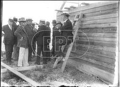 Τα πρώτα παραπήγματα προσφύγων στο Βύρωνα (1923).  Υπηρεσιακοί παράγοντες επιτηρούν την περιοχή.