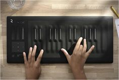 The firm Roli imagined a keyboard for musicians : the Seaboard Rise Keyboard. It is pressure-sensitive and enables to synthesize all types of music instruments, Musik Keyboard, Keyboard Piano, Piano Hands, Electronic Music Instruments, Drum Pad, Types Of Music, Music Stuff, Cool Gadgets, Music Production
