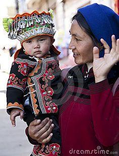 Femme et fils de Hani au marché Image éditorial