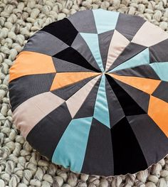 Geometri er sagen, og her er det brugt på en flot rund patchwork pude. Patchwork Pillow, Quilted Pillow, Sewing Techniques, Pin Cushions, Diy And Crafts, Weaving, Throw Pillows, Quilts, Knitting