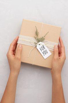 Diy Gift Box, Diy Gifts, Handmade Gifts, Gift Boxes, Creative Gift Wrapping, Creative Gifts, Creative Gift Packaging, Christmas Gift Wrapping, Christmas Gifts