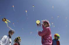 Niños palestinos vuelan cometas en la playa Bait Lahiya, norte de la Franja de Gaza. EFE