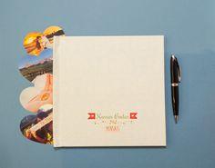O livro de recordações das bodas mensais foi desenvolvido para guardar as principais memórias do primeiro ano de casamento. O livro vem em capa dura na cor azul bem clarinho em acabamento fosco com detalhes brancos, tamanho 21x21cm e 20 páginas de papel couchê (170g) | Nossas Bodas | Aniversários de casamento