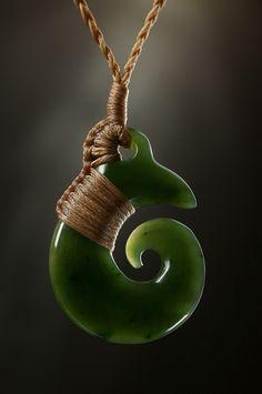 Schmuck Anhänger Brosnan Koru aus Nephrit Jade.  Ein kleines, elegantes Jade Koru mit eindrucksvoller Bindung.
