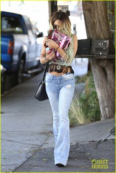vanessa hudgens ashley tisdale 901 salon stop 04 Vanessa Hudgens channels the 1970s with bell bottoms and a fringe-y top while leaving Nine Zero One Salon in West Hollywood, Calif., on Friday afternoon (May 30).…