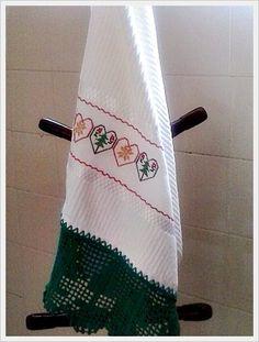 Toalha de lavabo bordada em ponto Cruz...Por Telma Mendonça