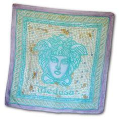 Luxusná ručne maľovaná hodvábna šatka TURQUOISE MEDUSA. Na šatke sa nachádza umelecká maľba starogréckej mytologickej bytosti Medúzy. Medúza bola jediná smrteľná z trojice Gorgón (medúz), obludných dcér boha Forkysa a jeho manželky Kéty. http://bit.ly/1npuIyu