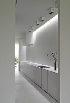 All-white kitchen with clean and pure lines _ by Belgian architects Minus… Light Luz, Boffi, Cocinas Kitchen, Minimal Kitchen, Interior Minimalista, All White Kitchen, Home Goods Decor, Minimalist Interior, Beautiful Kitchens