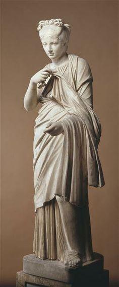Jeune fille romaine vêtue d'une tunique et d'un manteau. 1er siècle. Paris, musée du Louvre