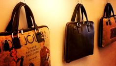 """La """"Cartella"""", il nuovo modo di interpretare la borsa: elegante, comoda e funzionale; il tutto esaltato da stampe vintage su tessuto iuta. #lacartella #modello #unico #parvares #iutaepelle #stampevintage #madeintuscany  Le trovi nel nostro negozio su Etsy--> https://www.etsy.com/it/shop/Parvares"""