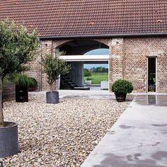 Des allures modernes pour cette ferme traditionnelle Barn House Design, Dream Home Design, Barn House Conversion, Cabin Loft, Italy House, Converted Barn, Ponds Backyard, Modern Barn, Yard Design
