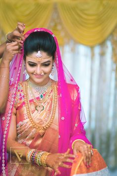 On her wedding day, everything worn by the bride is carefully planned and full of meaning. There are traditions and superstitions especially attached to bridal jewelry. South Indian Bride Saree, Indian Bridal Wear, Indian Sarees, Kerala Bride, Bridal Silk Saree, Saree Wedding, Bridal Dupatta, India Wedding, Bridal Looks