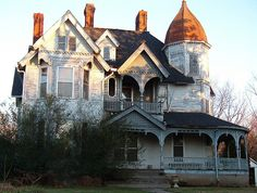 Dresden, Tennessee...this could be so beautiful restored & decorated for Christmas.