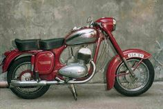 almost a box frame like a Vespa. Motorcycle Rallies, Bobber Motorcycle, Weird Pictures, Colorful Pictures, Vintage Motorcycles, Cars And Motorcycles, Moto Jawa, Jawa 350, Cafe O