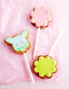 Piparitikkarit | Kotivinkki Christmas Candy, Christmas Diy, Gingerbread Cookies, Girl Birthday, December, Baking, Eat, Ginger Bread, Lollipops