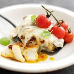Bacalao al horno con parmesano, tomate y albahaca. Preheat oven to Spray a baking pan with cooking spray. In a small bowl, combine sun-dried tomatoes and o Dutch Recipes, Fish Recipes, Seafood Recipes, Vegetarian Recipes, Cooking Recipes, Oven Dishes, Fish Dishes, Jamie Oliver, Tapas