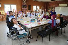Yüreğir Belediyesi Kültür ve Sosyal İşler Müdürlüğü bünyesinde organize edilen sanatsal kurslar yoğun ilgi görüyor. Yüreğir Belediyesi'nin ücretsiz resim kursuna katılan kursiyerlerin hünerli ellerinden çıkan eserler büyülüyor.   Yüreğir Belediyesi teknik belediyecilik hizmetlerinin yanı sıra vatandaşlara sosyal, kültürel, sanatsal ve spor faaliyetleri alanlarında çeşitli hizmetler sunmaya devam ediyor. Bu kapsamda sanatsal kurslar açan Yüreğir …