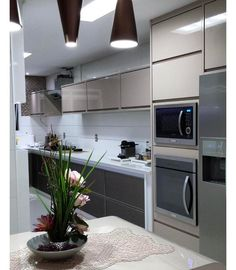 Bom diaaaaa com essa cozinha linda em laca bege. Adoro a solução da torre com forno e microondas.