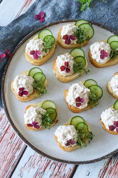 Nemme Hapsere Med Tunmousse Og Agurk - Lækker Snack - Jeg elsker små hapsere, når der kommer gæster. De er nemme at bikse sammen og så står de flot på en tallerken, når de pyntes lidt. Disse hapsere er med tunmousse og agurk. Tun og agurk går så godt sammen.#Snack #Tun #Brød Cooking Cookies, Good Food, Yummy Food, Snack Recipes, Healthy Recipes, Party Snacks, Fish And Seafood, Food Inspiration, Catering