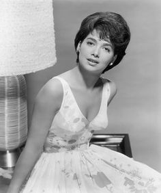 Born 1937 in Brooklyn, New York, American actress and voice actress Suzanne Pleshette started her career in the theatre and began appearing . Hollywood Stars, Old Hollywood, Hooray For Hollywood, Golden Age Of Hollywood, Classic Hollywood, Suzanne Pleshette, Classic Actresses, Female Actresses, Actors & Actresses