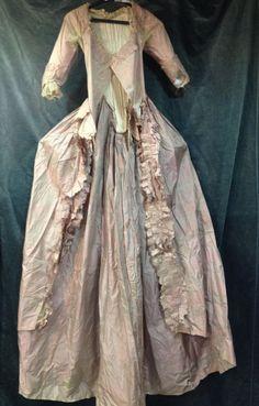Manteau de robe à l'anglaise en taffetas changeant, vers 1780. Taffetas changeant gorge-de-pigeon. Corsage à manches sabot froncées ornées d'une gaze façonnées et compères à laçage sur le devant caché par une petite patte. Dos baleiné et plissé en pointe, basques et parements de manteau crantés (décolorations sous les bras, cou-tures fragiles). Provenance: Garde robe de la famille de Pons de L'Oliverie (région d'Angoulême)