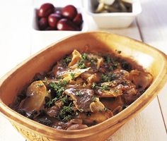 Sjömansbiff (i lergryta) --> Sailors beefstew, layers of onion, potatoes, thin slices of beef, stock and beer. Then slow roasted/baked in the oven. Scandinavian Food, Slow Roast, Swedish Recipes, Slow Food, Japchae, Beef Recipes, Stew, Onion, Crockpot