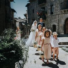 Hoy en el blog BODN en un pueblo medieval pirineohellip Wedding Scene, Wedding Pics, Wedding Ideas, Estilo Art Deco, Medieval Wedding, Wedding Abroad, Page Boy, Dream Wedding Dresses, Wedding Colors
