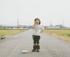 """Japanese photographer and dad Nagano Toyokazu has created a funny photo series titled """"Photogenic Princess"""" of his two little girls. Cute Photos, Funny Photos, Beautiful Pictures, Nagano, Japanese Kids, Love Your Smile, Kid Poses, Photo Series, Bad News"""