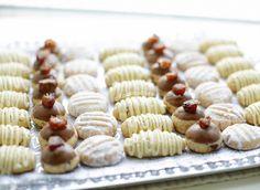 Verschillende koekjes maken met één koekjesdeeg? Dat is gewoon mogelijk! Dit doe je door het deeg te verdelen in een aantal porties. Aan elk stuk deeg voeg je de gewenste ingrediënt toe om de verschil…