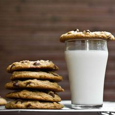 Vegan chocolate chip cookies & almond milk