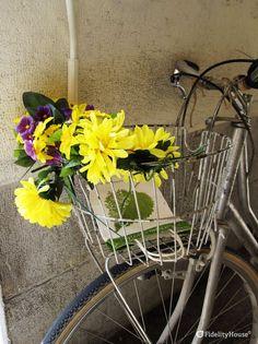 Un bel mazzo di fiori gialli gira per la città di Padova rallegrando quanti incontra. Ormai è di moda...