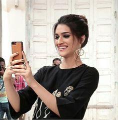 Beautiful kriti sanon Bollywood Girls, Bollywood Stars, Bollywood Celebrities, Bollywood Fashion, Beautiful Bollywood Actress, Beautiful Indian Actress, Beautiful Actresses, Sexy Outfits, Fashion Outfits