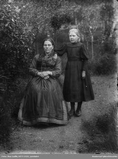 Marit S. Fløtager, f. 28.06.1883 med sin datter Kari O. Fløtaker f 01.10.1903 Flesberg | Beltestakk