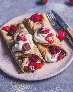 Crepes & berries 🥞🍓💖 Yay or Nay? made this sweet breakfast, love it ✨ Sweet Recipes, Vegan Recipes, Vegan Food, Yummy Food, Tasty, Sweet Breakfast, Breakfast Healthy, Aesthetic Food, Snacks