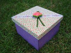Caixa de mdf decorada com tecido e aplique de flor em resina. Combinação de três tecidos diferentes.  Excelente para organizar e decorar. R$ 16,00