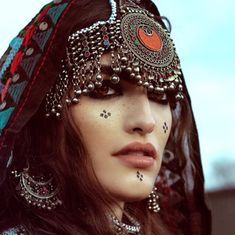 #afghan #style #jewelry #cloths Afghan Clothes, Afghan Dresses, Tribal Makeup, Tribal Face, Beautiful People, Beautiful Women, Afghan Girl, Arab Women, Folk Costume