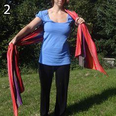 Rebozo, krok 2: Oba konce si postupne zriaste, aby ste ich dokázali chytiť každý do jednej dlane.