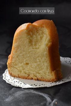 Como me gustan los bundt cakes esa miga densa y a la vez esponjoso es que me pierde, como este que esta elaborado con queso en crema.    ...
