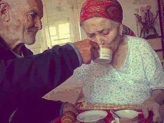 Ele tem 80 anos de idade e toma café da manhã todos os dias com sua esposa. ...