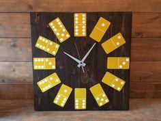 Reloj dominó hecho con madera reciclada de palets y oscurecida. 58x58 cm.