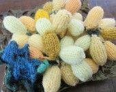 Grappe de raisin Italia en tricot pour dinette ou pour décoration. C'est une grappe de raisin, faits en tricot ,longueur 23 cm;elle est formée de 52 grains de couleur différente,dans un dégradé de jaune et vert,surmontée de sa feuille de vigne.Elle peut compléter une dinette ou faire parties d'une décoration dans un compotier.  Matériaux utilisés : Laine