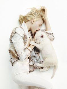 L'hiver dans Vogue: Sasha Pivovarova photographiée par Mark Segal dans la série Pyjama Parties du numéro de décembre/janvier 2007-2008 de Vogue Paris http://www.vogue.fr/mode/inspirations/diaporama/l-hiver-dans-vogue-paris/16356/image/882933#!sasha-pivovarova-mark-segal-vogue-paris