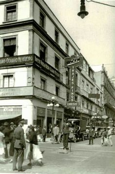 La siguiente nos muestra la esquina de Bolivar y madero asi lucia en esas decadas esta foto nos muestra como era la vida en los maravillosos años veintes.