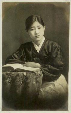 """일제강점기 기생이야기(2) 얼짱스타 """"기생 장연홍"""" 장연홍(1911년 ~ ?)은 1920년대 한국을 대표하... Old Pictures, Old Photos, Korean Traditional Dress, Vintage Photos Women, Popular Stories, Asian American, Life Magazine, Retro, The Past"""